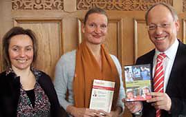 Bild Oberbürgermeister Pit Clausen mit Ulrike Mund und Bianca Post
